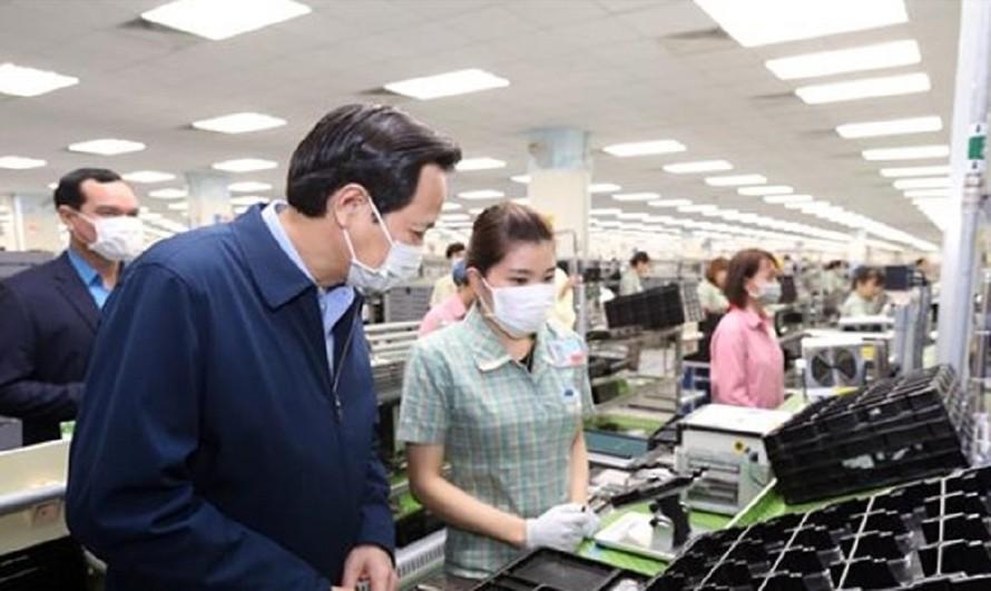 Bộ trưởng Bộ Lao động-Thương binh và Xã hội Đào Ngọc Dung kiểm tra, nắm tình hình lao động, việc làm và việc triển khai phòng chống dịch viên đường hô hấp cấp COVID-19 tại Công Ty TNHH Samsung Electronics Việt Nam.