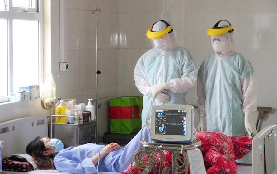Các bác sĩ thăm khám cho bệnh nhân tại BV Số 2 Quảng Ninh.