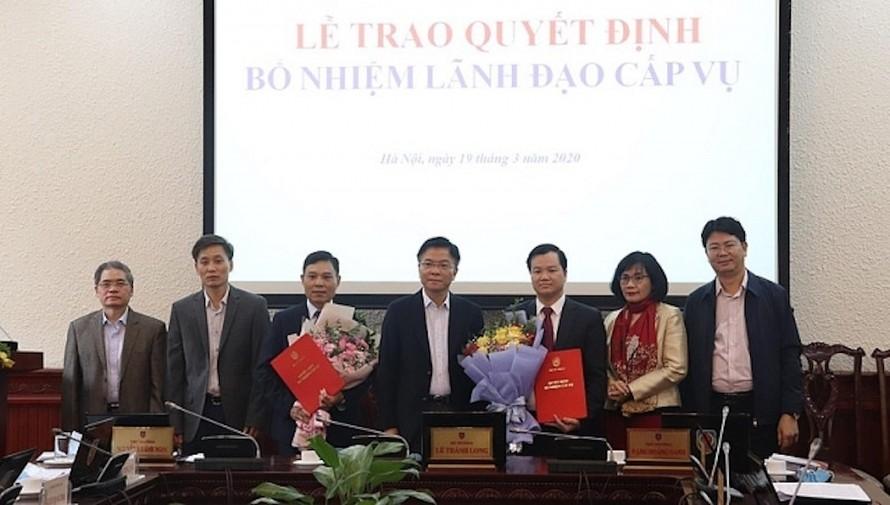 Bộ trưởng Bộ Tư pháp Lê Thành Long (giữa) trao quyết định cho các nhân sự mới được bổ nhiệm.