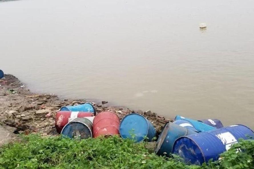 Hiện trường vụ đổ trộm chất thải.
