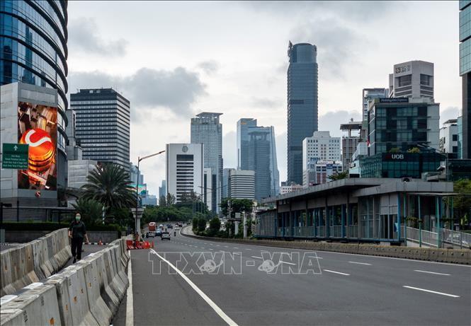 Cảnh vắng vẻ tại một con phố ở Jakarta, Indonesia khi người dân hạn chế ra ngoài do dịch COVID-19, ngày 18/3/2020. Ảnh: AFP/TTXVN