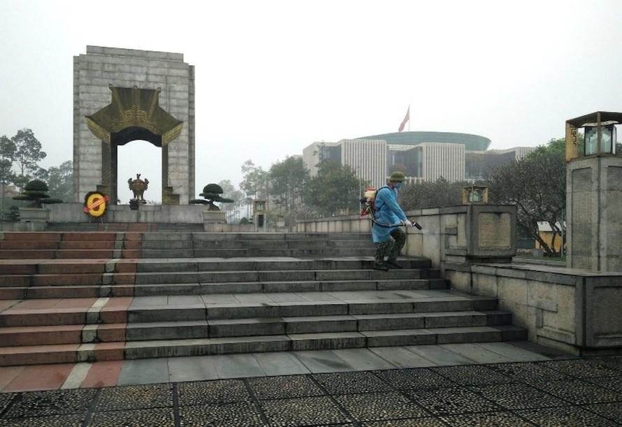 Phun khử trùng phòng, chống dịch COVID-19 tại khu vực Lăng Chủ tịch Hồ Chí Minh và Quảng trường Ba Đình. Ảnh: bqllang.gov.vn