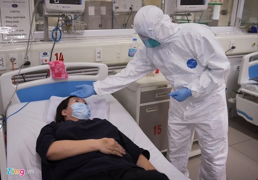 Thứ trưởng Bộ Y tế Nguyễn Trường Sơn thăm bệnh nhân số 86 - điều dưỡng của Bệnh viện Bạch Mai.