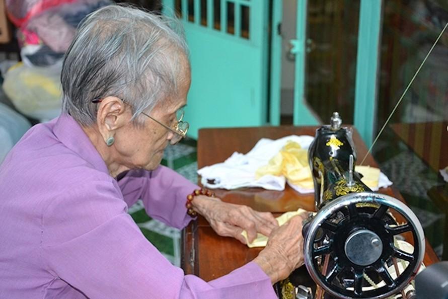 Mẹ Ngô Thị Quýt dù tuổi cao những vẫn đêm may khẩu trang từ thiện.