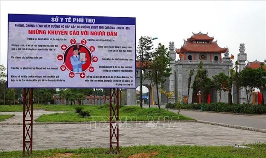 Bảng khuyến cáo về phòng chống dịch COVID - 19 của Sở Y tế Phú Thọ được đặt ngay cổng chính vào Khu di tích Đền Hùng.
