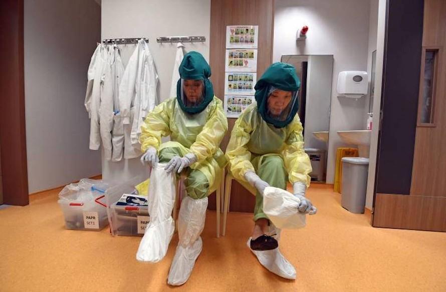 Nhân viên y tế trang bị đồ bảo hộ khi chữa trị cho bệnh nhân mắc COVID-19 tại Singapore