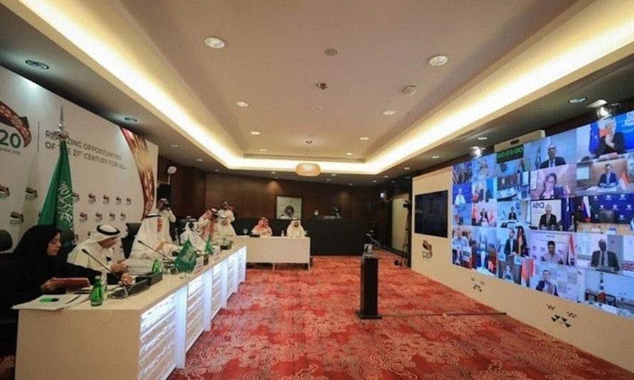 Một hội nghị trực tuyến giữa các bộ trưởng G20 do Bộ trưởng Năng lượng Arab Saudi Abdulaziz bin Salman (thứ ba từ trái sang) chủ trì hôm 10/4. Ảnh: AFP