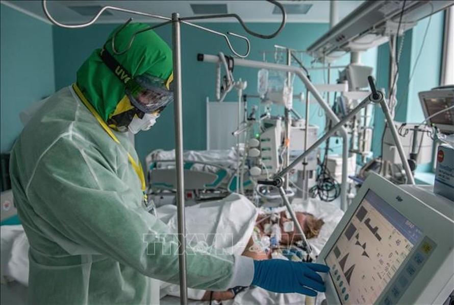 Nhân viên y tế điều trị cho bệnh nhân COVID-19 tại bệnh viện ở Moskva, Nga ngày 14/5/2020. Ảnh: THX/TTXVN