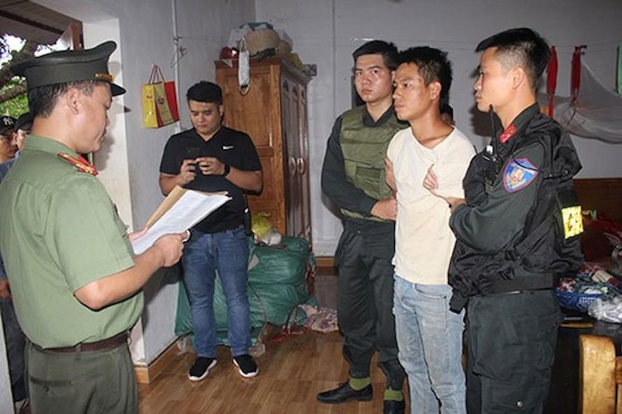 Cơ quan An ninh điều tra Công an tỉnh Hòa Bình đọc lệnh bắt, khám xét đối với đối tượng Trịnh Bá Tư