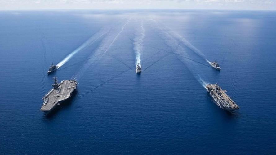 Tàu sân bay USS Ronald Reagan (trái), tàu đổ bộ USS Boxer cùng các tàu chiến của Mỹ trong một lần hoạt động tại Biển Đông. Ảnh: Hải quân Mỹ.