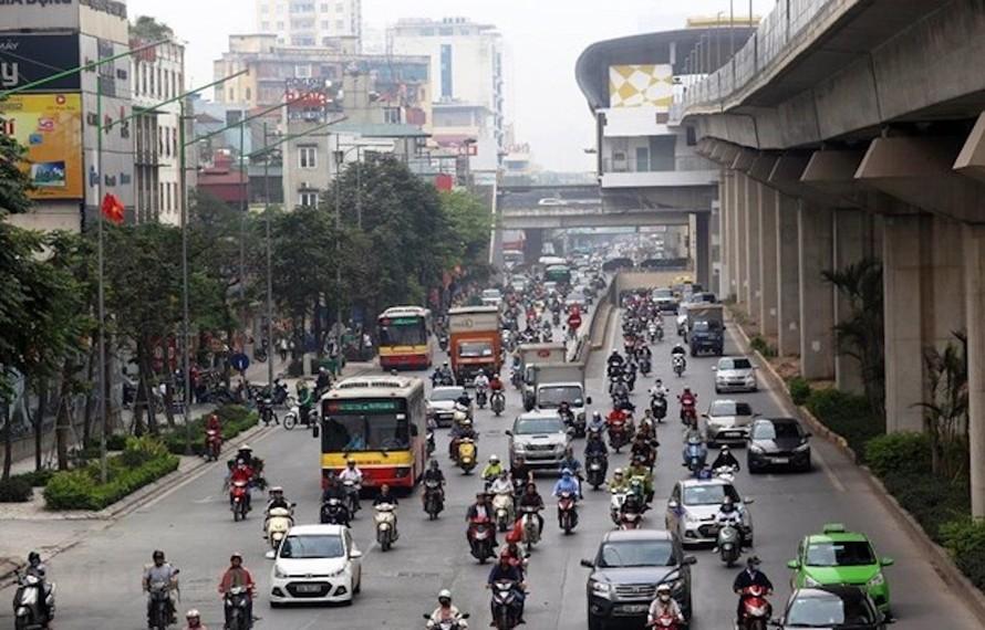 Xe buýt chưa có làn đường dành riêng nên vẫn phải len lỏi giữa các phương tiện giao thông khác. (Ảnh: Huy Hùng/Vietnam+)
