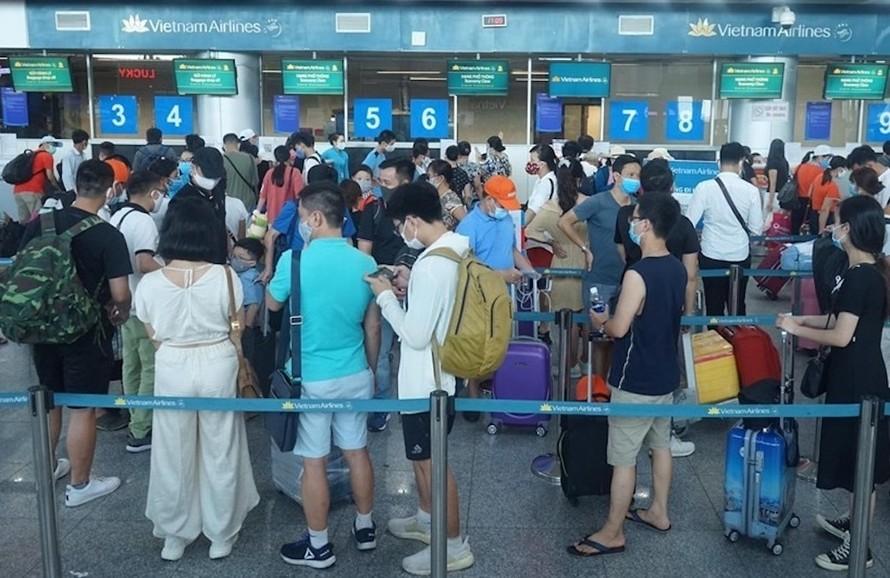 Hành khách làm thủ tục bay tại sân bay Đà Nẵng chiều 27/7