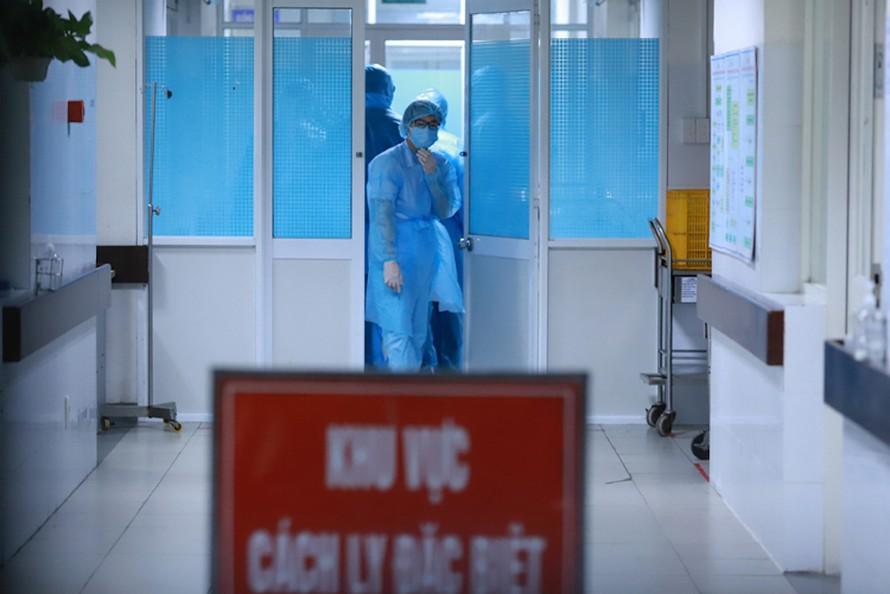 Ban Chỉ đạo Quốc gia yêu cầu các cơ sở khám chữa bệnh tăng cường các biện pháp sàng lọc, chỉ định xét nghiệm sớm SARS-CoV-2 đối với người bệnh, nhân viên y tế có biểu hiện nghi ngờ, kể cả trường hợp có tiền sử dịch tễ chưa rõ ràng để phát hiện sớm ca bệnh