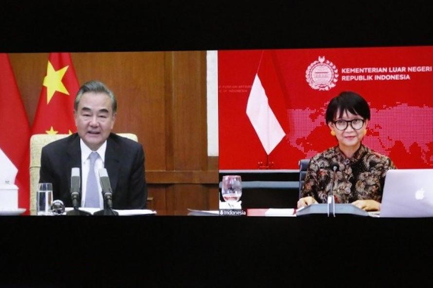 Cuộc họp trực tuyến giữa Ngoại trưởng Indonesia, bà Retno Marsudi và Ngoại trưởng Trung Quốc, Vương Nghị. Ảnh: Bộ Ngoại giao Indonesia.