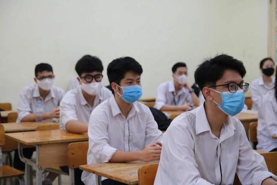 Thí sinh thực hiện giữ khoảng cách trong lớp học.