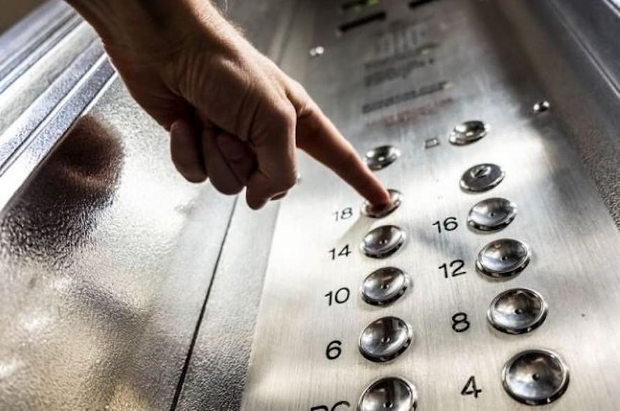 Nút ấn điều khiển thang máy công cộng là một trong những nơi lan truyền virus SARS-CoV-2 nhiều nhất