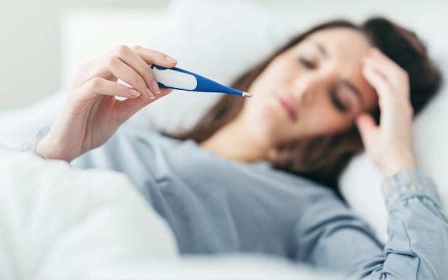 Sốt là triệu chứng đầu tiên thường thấy khi mắc COVID-19.