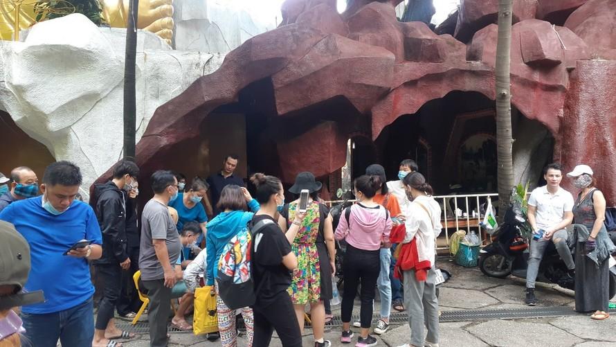 Thân nhân của những người đã khuất có tro cốt gửi tại chùa Kỳ Quang 2 tập trung tại chùa để đòi lại