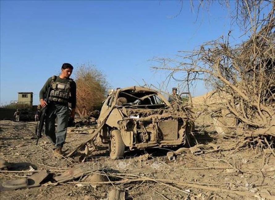 Lực lượng an ninh Afghanistan điều tra tại hiện trường vụ đánh bom xe nhằm vào tòa nhà chính quyền huyện Ghani Khel, tỉnh Nangarhar ngày 3/10/2020. Ảnh: REUTERS/TTXVN