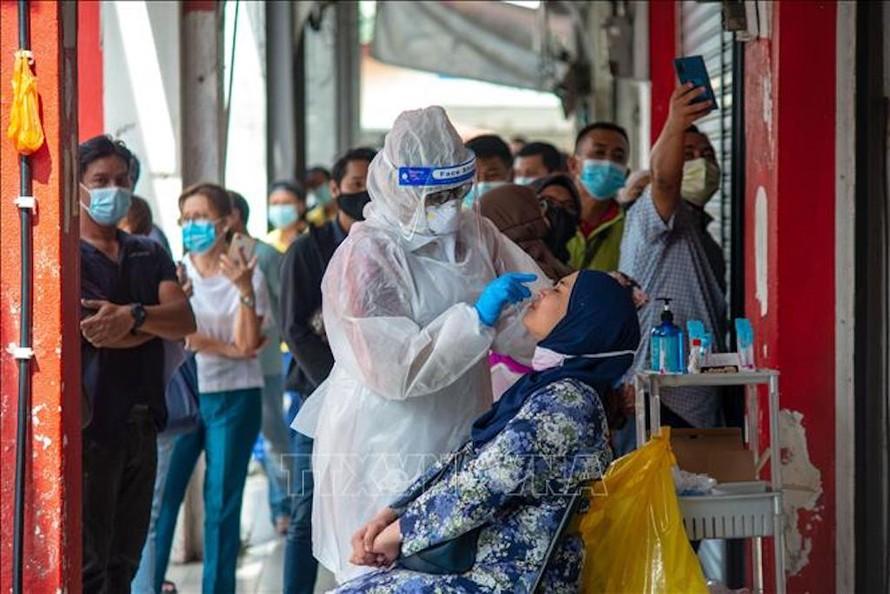 Nhân viên y tế lấy mẫu xét nghiệm COVID-19 cho người dân tại Selangor, Malaysia ngày 23/10/2020.