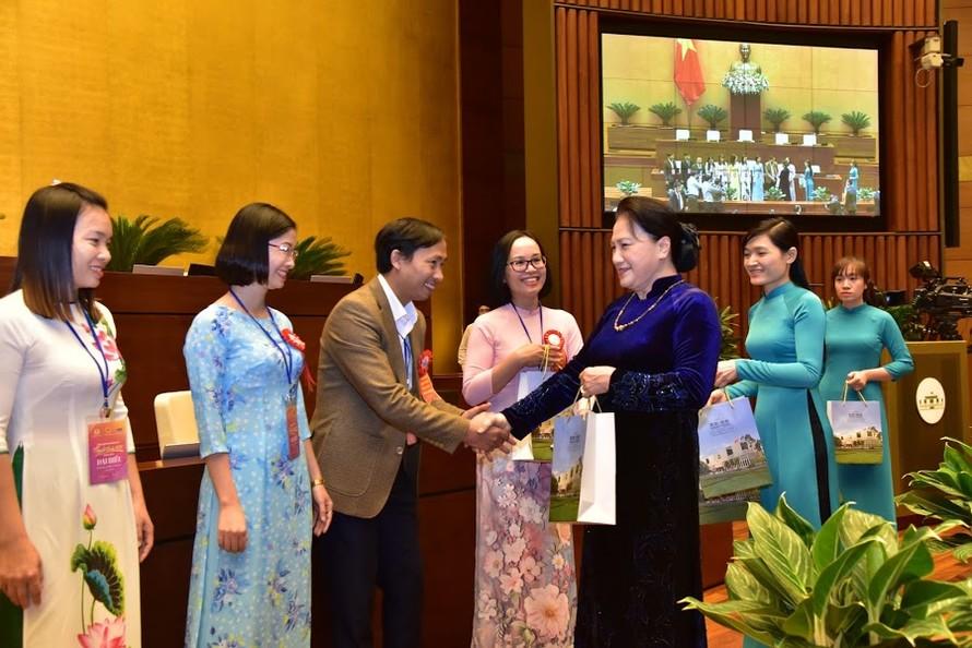 Chủ tịch Quốc hội tặng quà cho các nhà giáo
