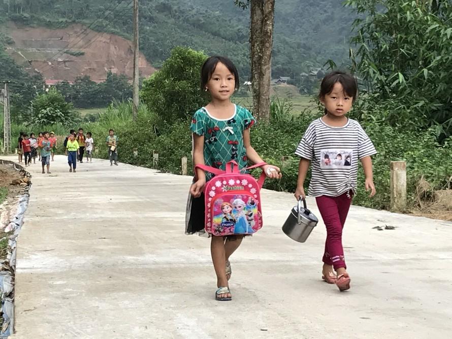 Trẻ học tại Trường MN Hồng Ca (Trấn Yên - Yên Bái) trên đường đến trường.