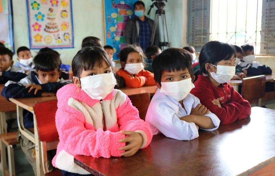 Trẻ cần đeo khẩu trang trong lớp học để phòng tránh dịch.