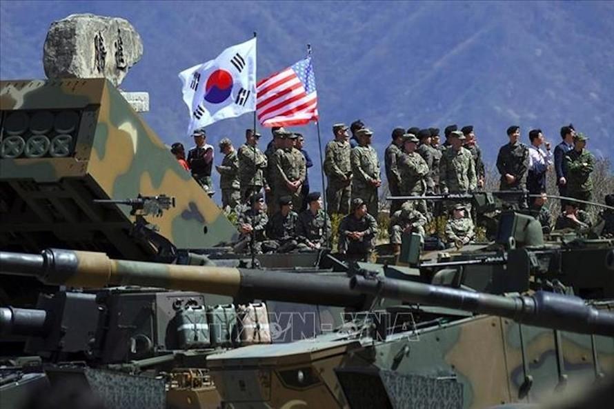 Binh sĩ Mỹ và Hàn Quốc tham gia cuộc tập trận bắn đạn thật chung tại thao trường Seungjin ở Pocheon, cách Seoul 65 km về phía đông bắc. Ảnh tư liệu: AFP/TTXVN