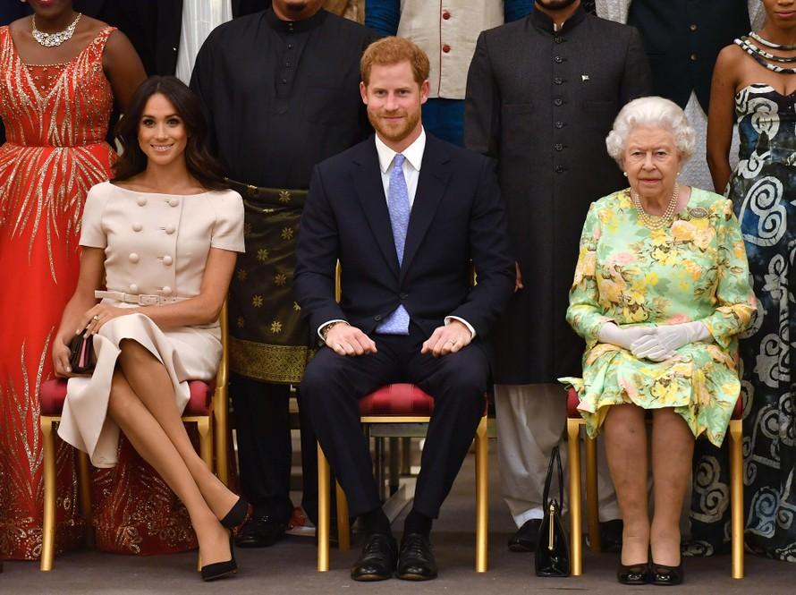 Hoàng gia Anh sốc với 'cuộc khủng hoảng Harry và Meghan'