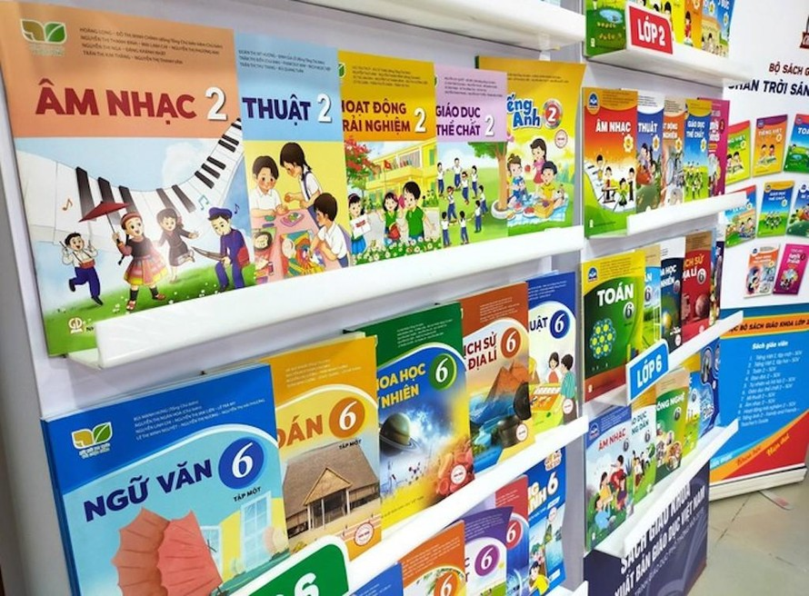 Sách giáo khoa lớp 2, lớp 6 của Nhà xuất bản Giáo dục Việt Nam.