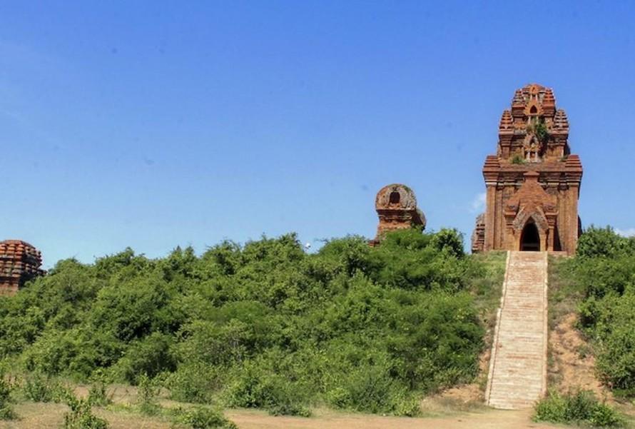 Cụm di tích tháp Bánh Ít (Bình Định).