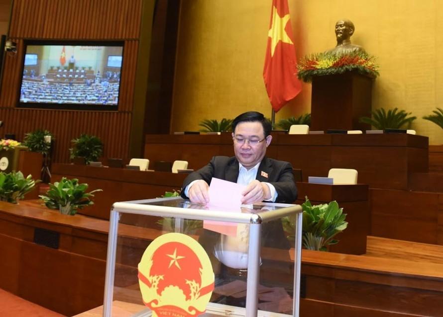 Bí thư Thành uỷ Hà Nội Vương Đình Huệ bỏ phiếu tại Kỳ họp 11, Quốc hội khoá XIV.