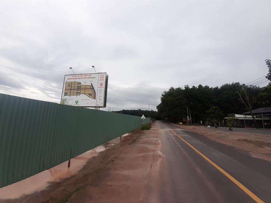 Dù chưa được cấp giấy phép xây dựng nhưng xung quanh dự án đã được quây tôn kỹ lưỡng; phần cổng đồ sộ và các tuyến đường nội khu đã được hình thành.