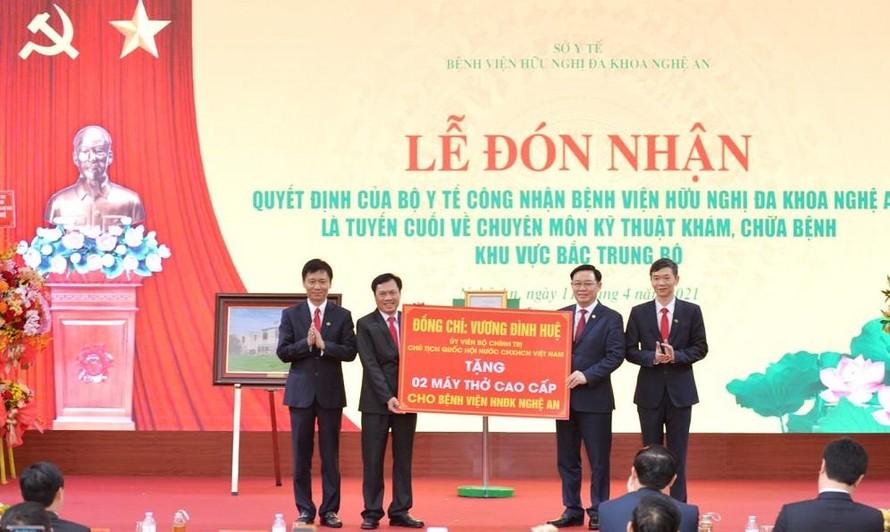 Đồng chí Vương Đình Huệ - Ủy viên Bộ Chính trị, Chủ tịch Quốc hội trao tặng Bệnh viện Hữu nghị Đa khoa Nghệ An 2 máy thở cao cấp