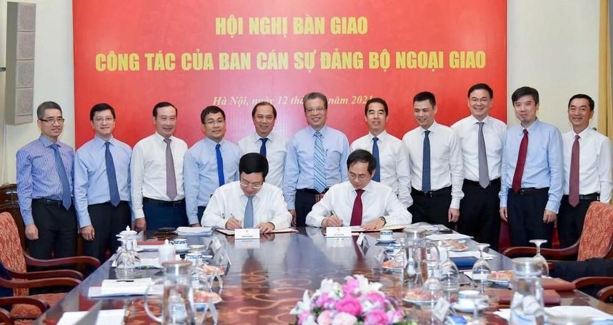 Ông Bùi Thanh Sơn nhận bàn giao nhiệm vụ Bộ trưởng Bộ Ngoại giao