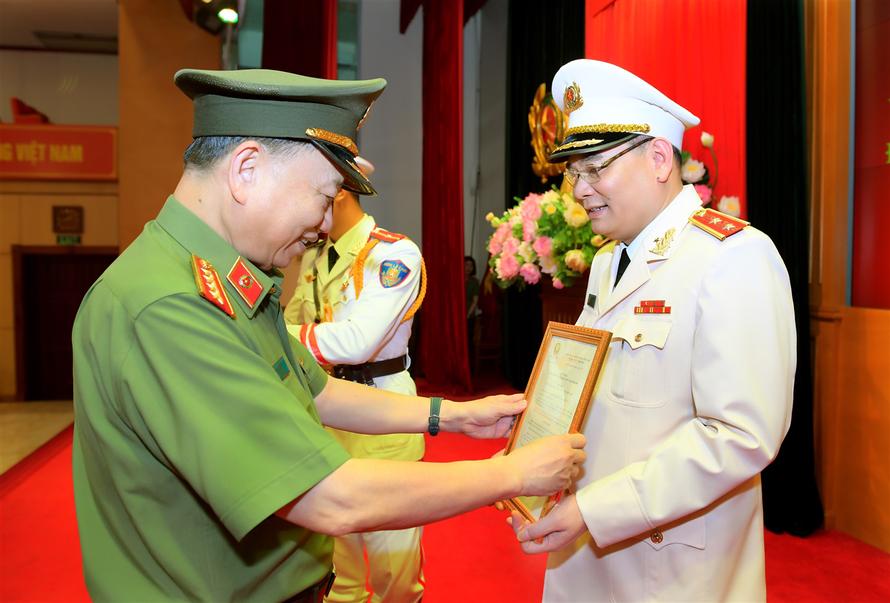 Thừa ủy quyền của Chủ tịch nước, Bộ trưởng Tô Lâm trao Quyết định thăng cấp bậc hàm Trung tướng đối với đồng chí Tô Ân Xô
