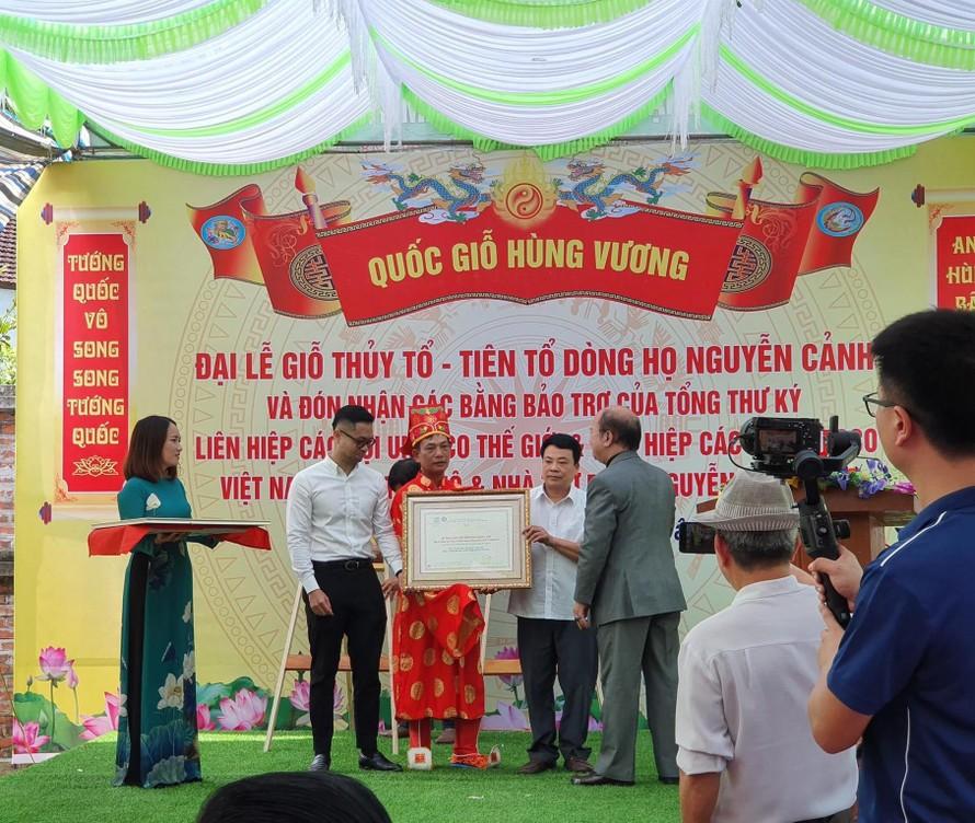 Nhà Ngoại giao Nguyễn Xuân Thắng - Chủ tịch Liên hiệp các Hội UNESCO Việt Nam trao bằng Bằng bảo trợ của Liên hiệp cho Di tích Quốc gia Khu lăng mộ và Nhà thờ Phúc Khánh Quận Công Nguyễn Cảnh Huy.