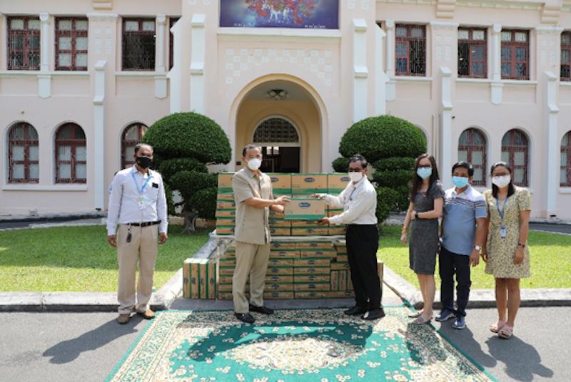 1.000 thùng sữa đã được nhà máy của Vinamilk tại Campuchia tặng người dân đang cách ly tại 'vùng đỏ'