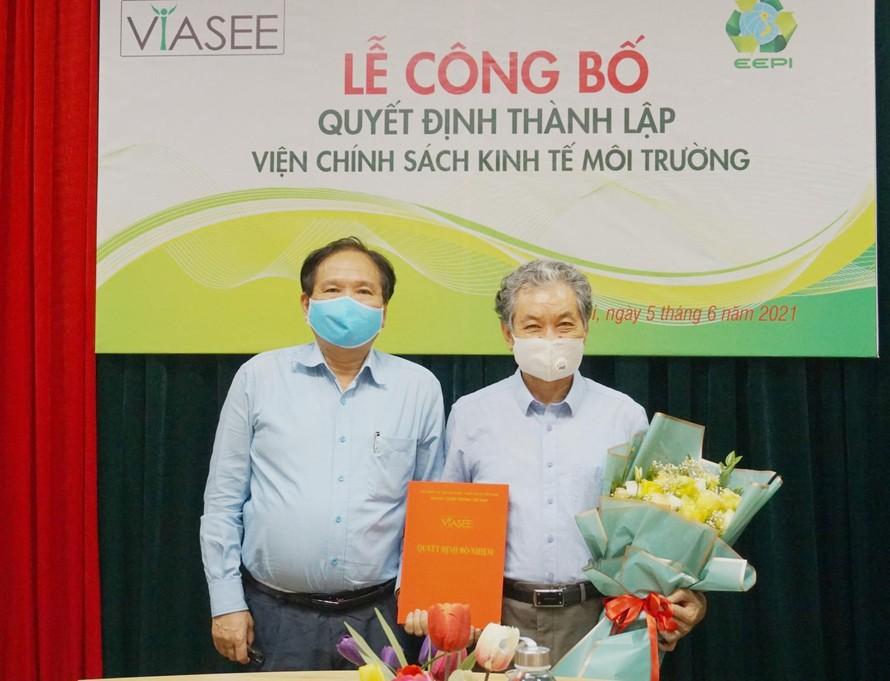 PGS.TS Trương Mạnh Tiến nhận quyết định giữ chức danh Chủ tịch Hội đồng khoa học, Ủy viên Hội đồng Quản lý.
