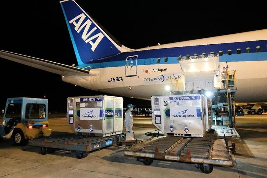 Lô vaccine phòng COVID-19 do Nhật Bản tài trợ về đến sân bay Nội Bài ngày 16/6.