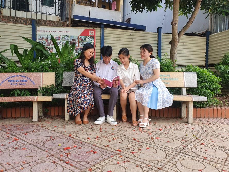 Từ trái sang: cô Thuỳ Dương (Hiệu trưởng nhà trường) cùng em Minh Quang, em Yến Nhi và cô giáo Hạnh.