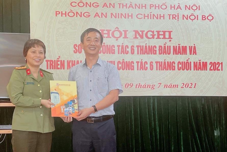 NXB Giáo dục chúc mừng Phòng PA03 Hà Nội nhân kỷ niệm 75 năm ngày thành lập lực lượng ANND