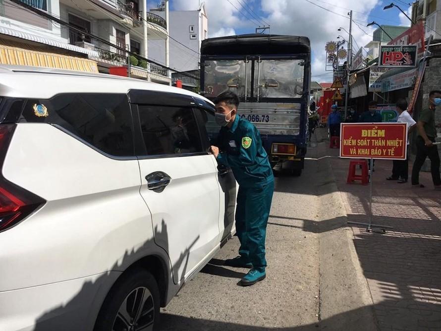 Kể từ 17 giờ 10/7, tất cả người điều khiển phương tiện ô tô, xe gắn máy từ tỉnh khác vào An Giang phải có giấy xét nghiệm PCR âm tính trong ba ngày gần nhất hoặc test nhanh kháng nguyên âm tính trong 24 giờ; trường hợp không có thì sẽ được kiểm tra tại chốt.