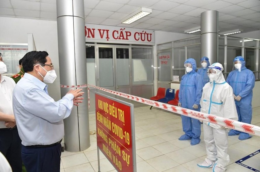 Thủ tướng thăm Bệnh viện Đa khoa huyện Tân Trụ, nơi được chuyển đổi thành Bệnh viện Dã chiến số 2 tại Long An, ngày 10/7.
