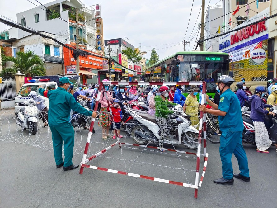 Lực lượn dân quân trực chốt kiểm soát dịch COVID-19 ở quận Gò Vấp (TP.HCM) trong những ngày thực hiện giãn cách xã hội. (Ảnh minh hoạ).