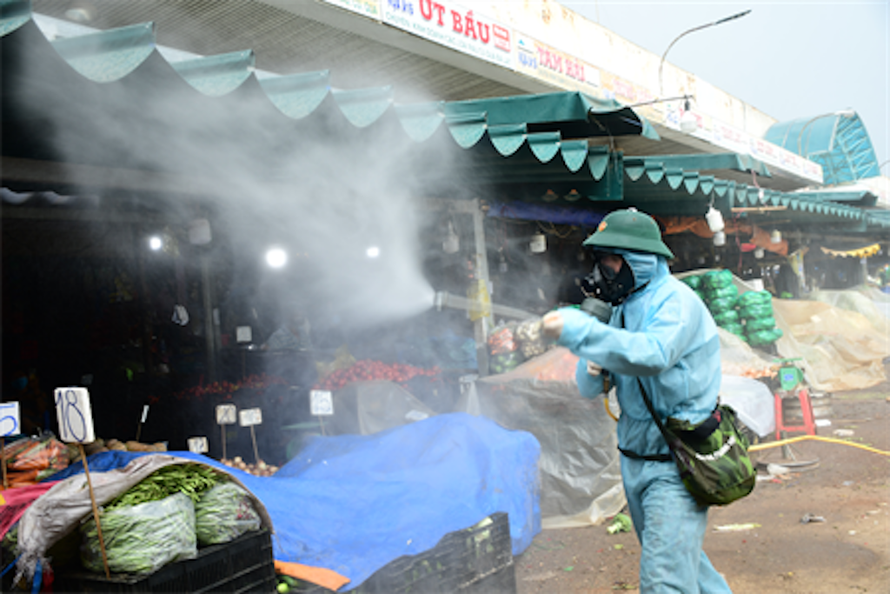 Lực lượng Phòng hóa Quân khu 7 cơ động khử khuẩn tại chợ đầu mối nông sản Hóc Môn (TP.HCM)