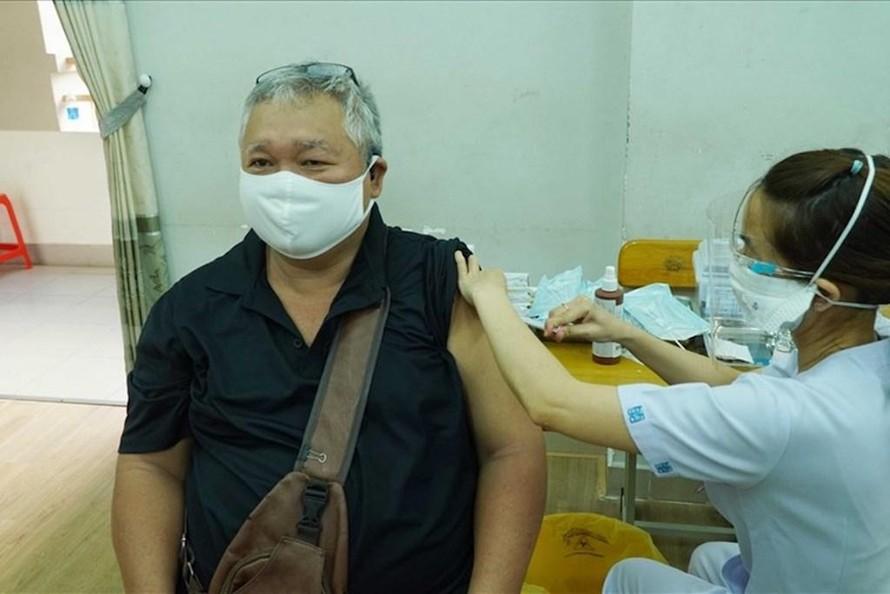 TP.HCM tiêm vaccine phòng COVID-19 cho người dân trong đợt tiêm thứ 4. (Ảnh minh hoạ).