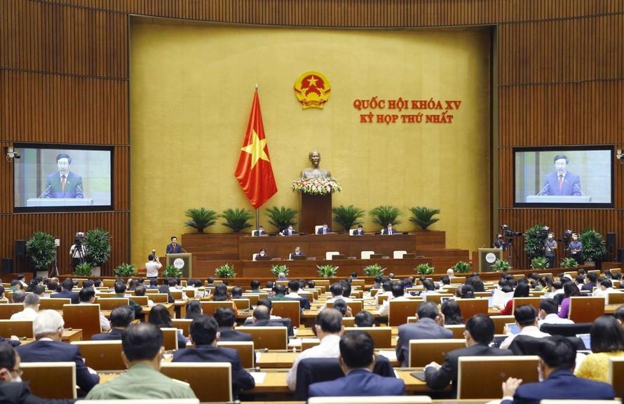 Phó Thủ tướng Chính phủ nhiệm kỳ 2016-2021 Phạm Bình Minh trình bày Báo cáo trước Quốc hội.