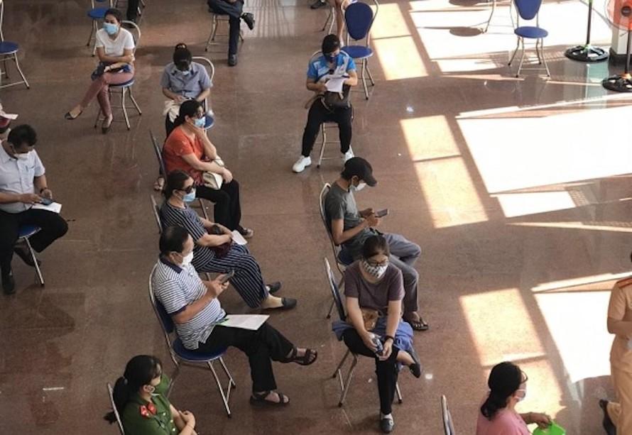 Người dân chờ tiêm vaccin tại điểm tiêm Kho bạc Nhà nước cũ (26 Hoàng Hoa Thám, phường Lộc Thọ, TP. Nha Trang).