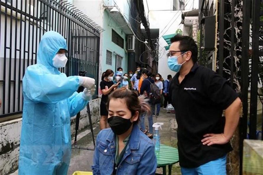 Sở Y tế Thành phố Hồ Chí Minh tổ chức hướng dẫn cho người dân tự lấy mẫu xét nghiệm COVID-19 bằng test nhanh kháng nguyên virus SARS-CoV-2 tại hẻm 466 đường Lê Văn Sỹ, phường 14, Quận 3.